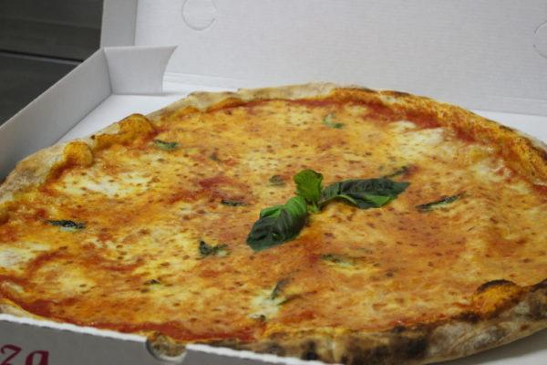 pizza famiglia forno legna benevento domicilio margherita su pala vista forno